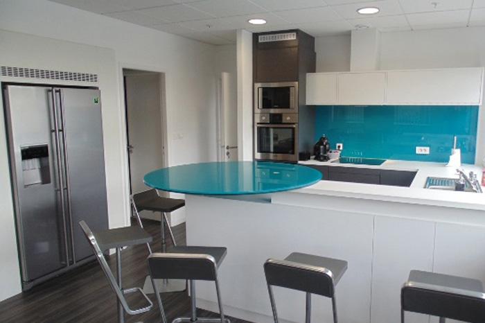 Frente de cocina y barra-mostrador en cristal laminado 10+10 con butyral azul turquesa